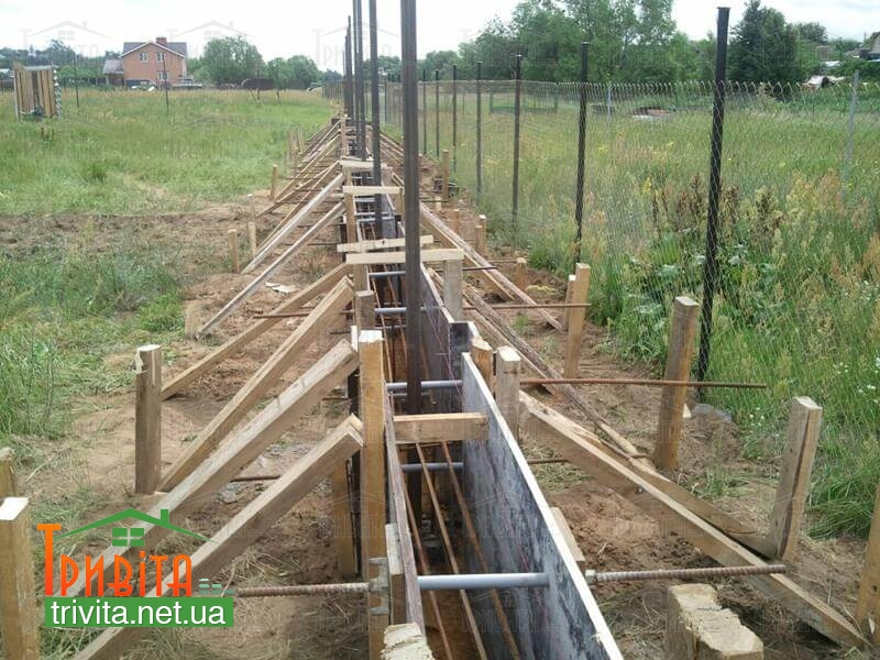 Фото 1. Будівництво фундаменту для паркану