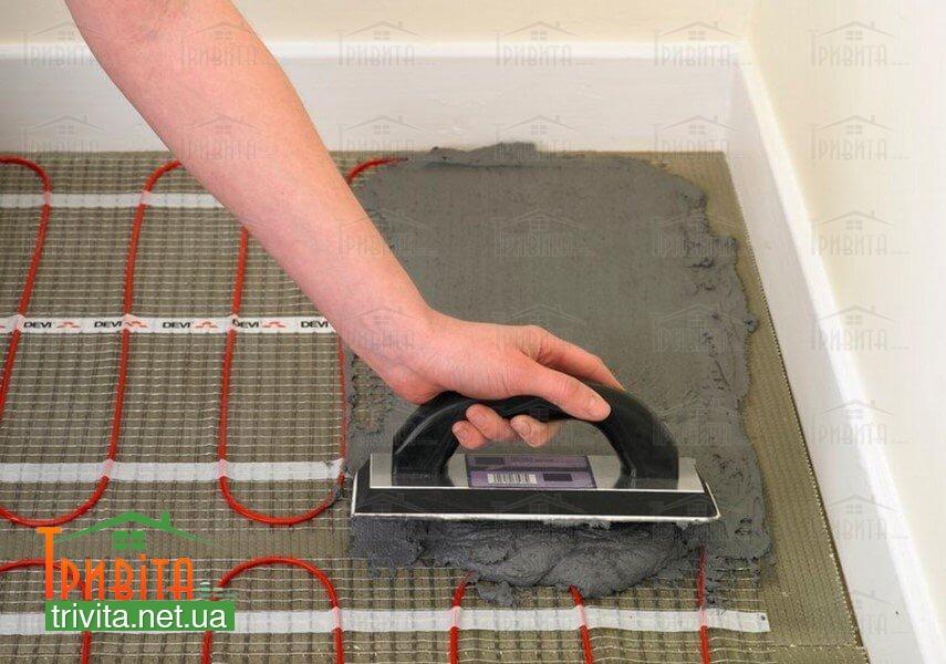 Фото 3. Нанесення клею для теплої підлоги