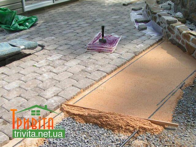 Фото 1. Укладка тротуарной плитки на песок
