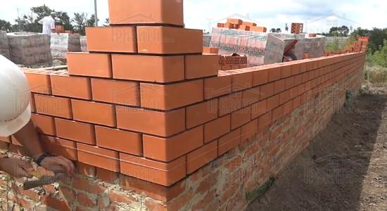 Фото 2. Кладка стін з цегли