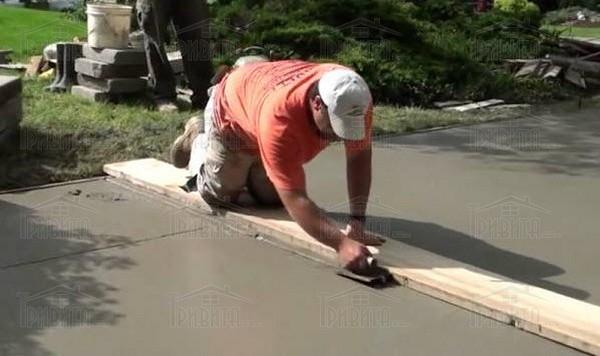 Фото 4. Облаштовуємо фінішний шар бетонного покриття