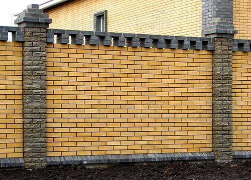 Фото 1. Забор со столбами из рваного кирпича