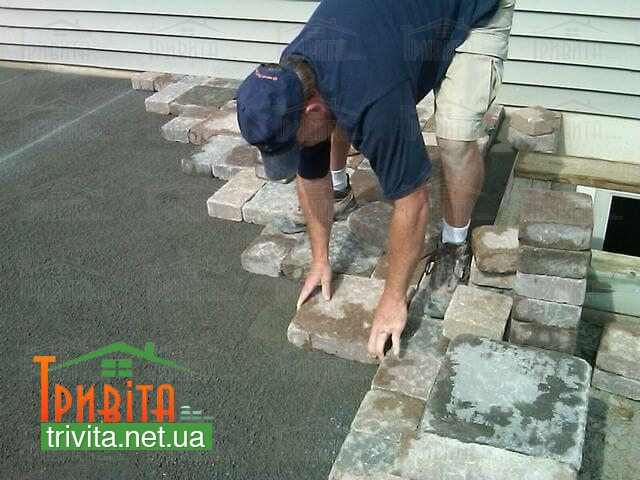 Фото 2. Укладання тротуарної плитки на розчин