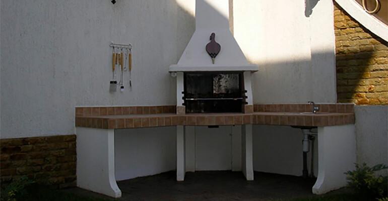Фото 3. Отличия уличного камина и садовой печи