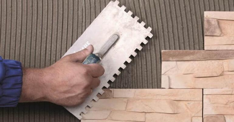 Нанесення клею для плитки