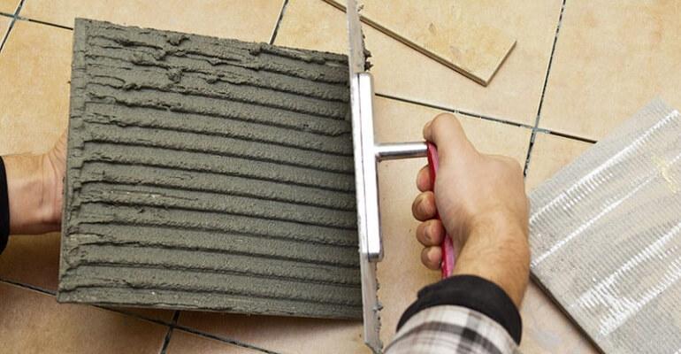 Як наносити клей на плитку