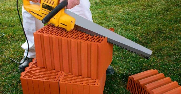 Фото 7. Проводим прирезку керамических блоков