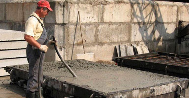 Фото 3. Ущільнюємо бетон