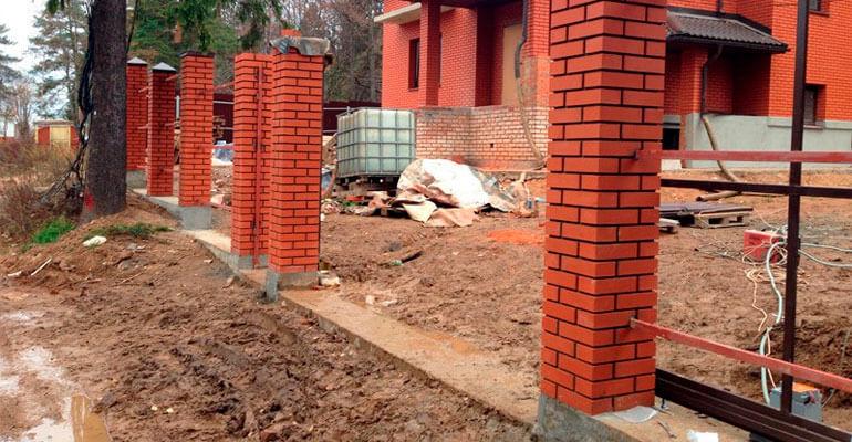 Фото 5. Будівництво стовпів для забору