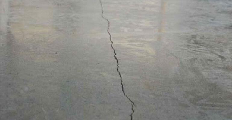 Трещина в бетонной стяж