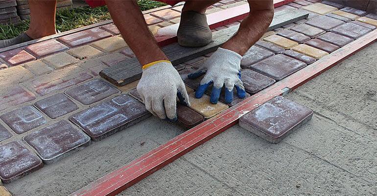 Фото 4. Мощение плиткой тротуарных дорожек