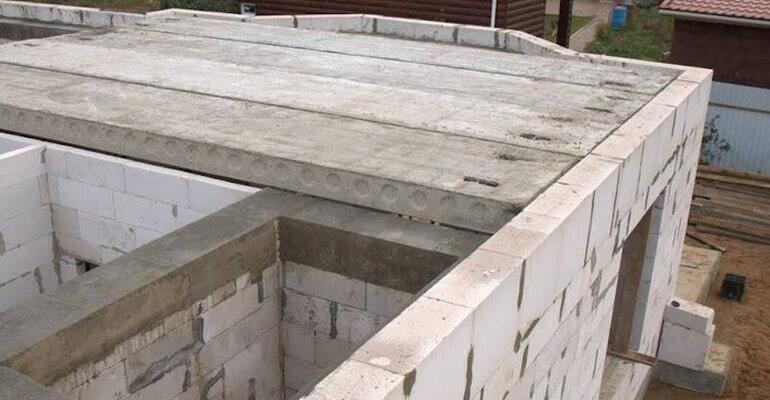 Укладка плит перекрытия на газобетонные блоки
